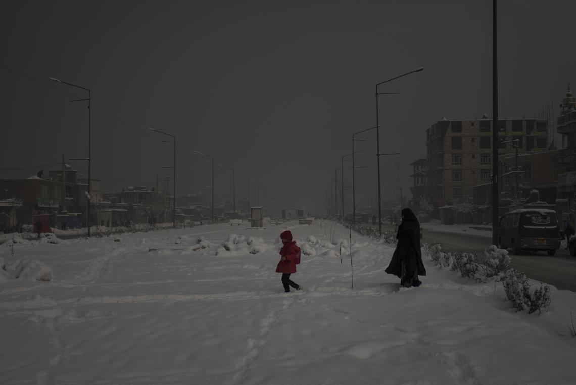 A mother walks her child to school through heavily polluted skies in Afghanistan, Kabul. Photo credit: UNICEF
